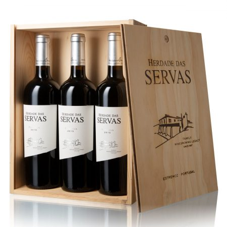 Herdade das Servas, Vinho Tinto Reserva, Alentejo, Caixa de Madeira com 3 garrafas.